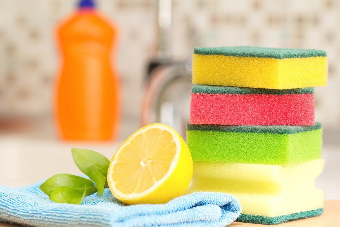 lavare-i-piatti-con-la-spugnetta