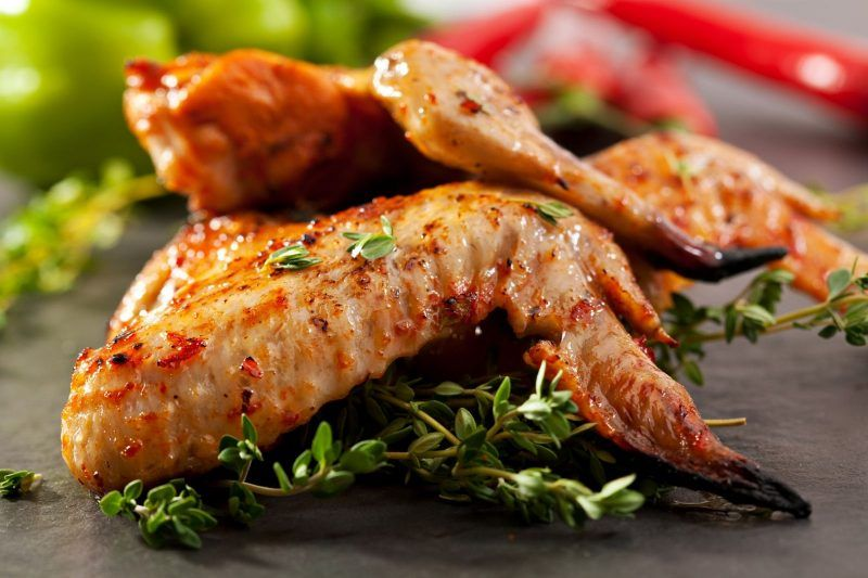 https://previews.123rf.com/images/ryzhkov86/ryzhkov861410/ryzhkov86141000399/32560949-grilled-chicken-wings-with-thyme-and-hot-chili-pepper.jpg