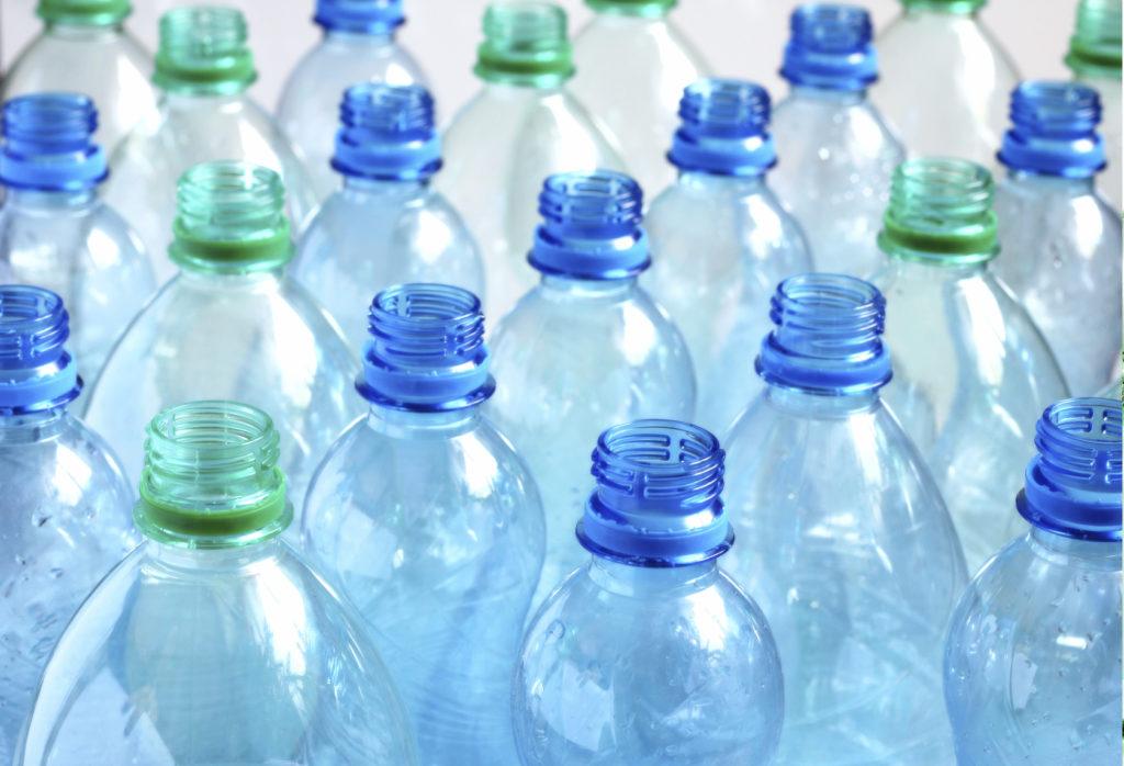 pista-ciclabile-con-bottiglie-di-plastica-a-follonica