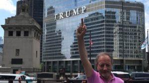 , La foto – Ulivieri contro Trump: dito medio negli Usa