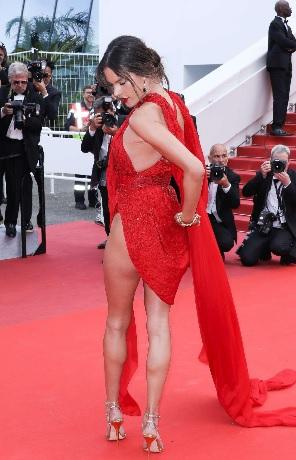 ambrosio, Alessandra Ambrosio rimane in mutande sul tappeto rosso del Festival del cinema di Cannes