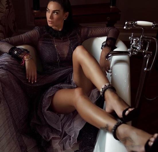 satta, Melissa Satta riscopre l'amore! Una foto in bikini abbracciata alle rose