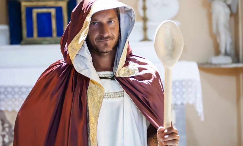 francesco totti, Francesco Totti si trasforma in Santo con il cucchiaio!