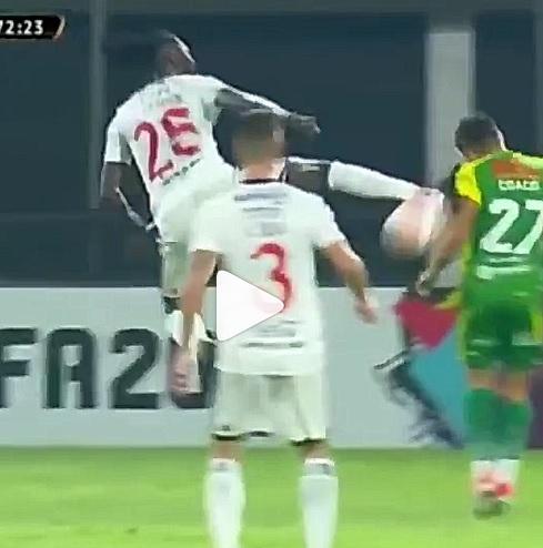 adebayor, Adebayor colpo alla Bruce Lee e rosso inevitabile!