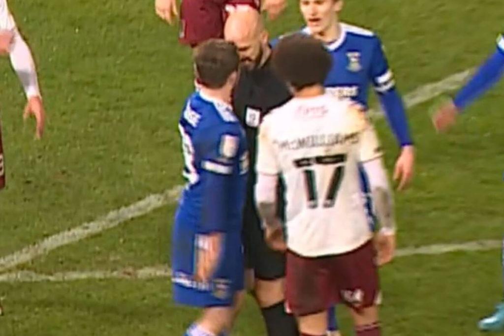 , È rigore ma non per l'arbitro: testa a testa col giocatore (VIDEO)