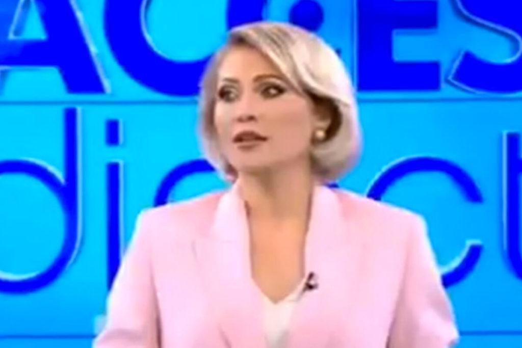 , Aggressione in diretta tv: donna nuda lancia un sasso sulla conduttrice