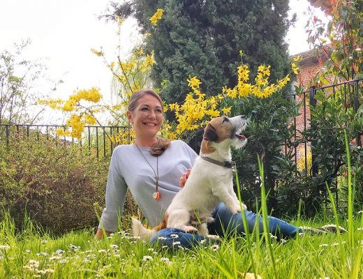 Tessa Gelisio in giardino con indosso jeans