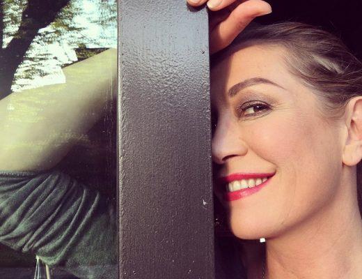 Tessa Gelisio con rossetto rosso