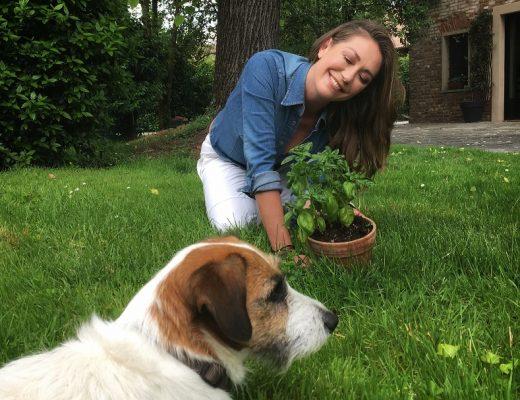 Tessa Gelisio con pianta in giardino