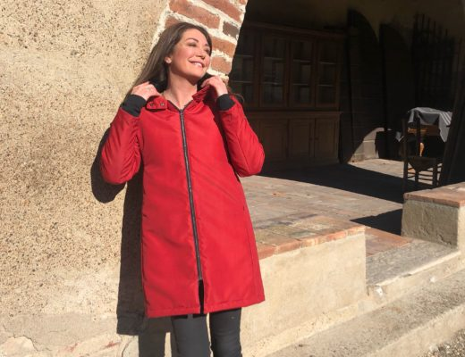 Tessa Gelisio con giaccone invernale biologico rosso