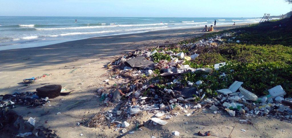 Inquinamento da plastica sulla spiaggia