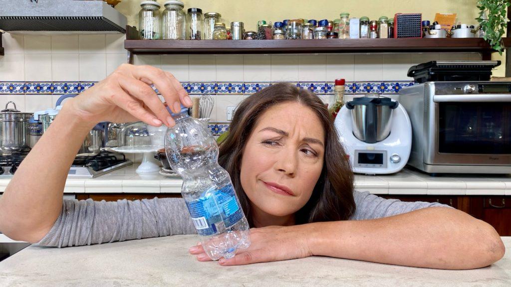 Tessa con bottiglia di plastica