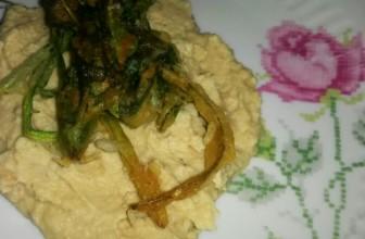 Hummus di ceci con cicorietta fritta.