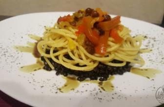 Spaghetti integrali con lenticchie e peperoni rossi