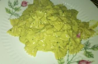 Farfalle al pesto verde di peperoni e basilico: la ricetta estiva.