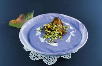 Crema di cavolo viola e chips di topinambur al forno