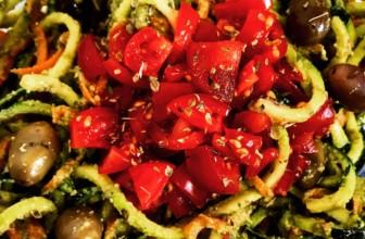 Spaghetti di zucchine e carote con pesto, pomodori e olive: Oste Vegano in cucina con voi.