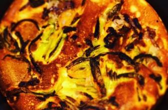 Frittelle con cipolla di Tropea e fiori di zucchina: uno sfizio da non perdere