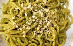 Spaghetti con pesto agli agrumi e granella di mandorle