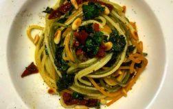 Spaghetti colorati con cavolo nero e pomodori secchi
