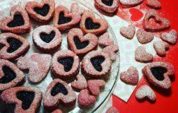 Cuori rosa di frolla alla barbabietola farciti con meravigliosa confettura di more di gelso