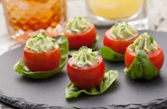 Per un aperitivo raw i pomodorini ripieni con crema di avocado