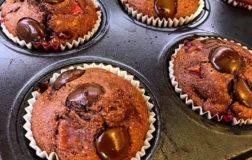 Golosi muffin cioccolatosi alle fragole: il dolcetto della merenda