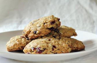 Deliziosi biscotti vegan ai mirtilli rossi e pistacchi