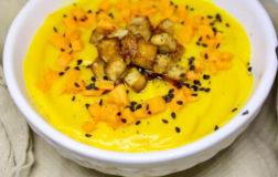 Vellutata di zucca speziata con tofu affumicato e verdura croccante