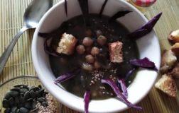 Zuppa viola di ceci e semi misti al profumo di curry
