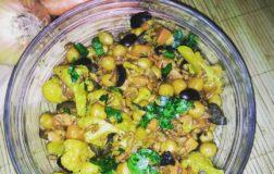 Insalata tiepida di farro con cavolfiore, ceci e olive nere
