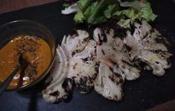 Bistecca di cavolfiore alla piastra in salsa alla curcuma
