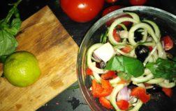 Spaghetti di cetrioli alla greca – Ricetta raw, vegan e velocissima