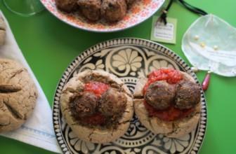 Polpette di lenticchie e castagne secche in mini panini di grano saraceno ai semi misti.