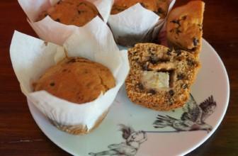 Muffin ripieni con crema di arachidi, gocce di cioccolato e banana