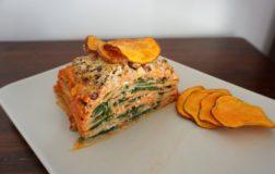 Lasagna con nocciole, spinaci e patata dolce croccante