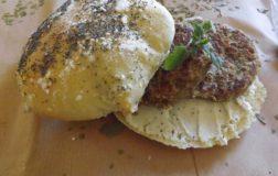 Veggie burgers fai da te: due ricette classiche e gustose