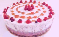 Cheesecake raw con ribes e mirtilli – Ricetta senza glutine