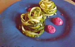 Tagliolini di zucchine raw con crema di barbabietola: prepariamoci all'estate