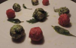 Ravioli gnudi di spinaci e barbabietola aromatizzati alla salvia
