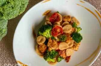 Orecchiette con broccolo, tempeh e pomodori secchi