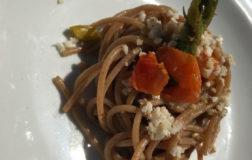 Spaghetti di farro con crema di asparagi e croccantino di mandorle