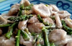Orecchiette semi integrali con asparagi alla crema di mandorle e scorza di limone