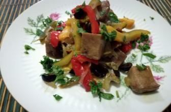 La ricetta facile del seitan in padella con peperoni e olive nere