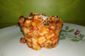 Come riciclare la pasta del giorno prima: sformatini di ditaloni al ragù di soia e piselli al forno.