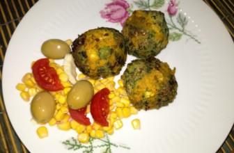 Come preparare le polpette vegan di lenticchie e bietole alla salsa di curcuma.