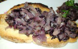 Crostini con salsa di radicchio e cipolla rossa per l'aperitivo veg