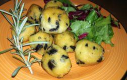 Polpettine di polenta alle olive nere e rosmarino
