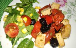 Tofu saltato in padella con peperoni e olive nere