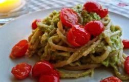Tagliatelle di farro al pesto di zucchine e pomodorini dell'orto – Ricetta sana e naturale
